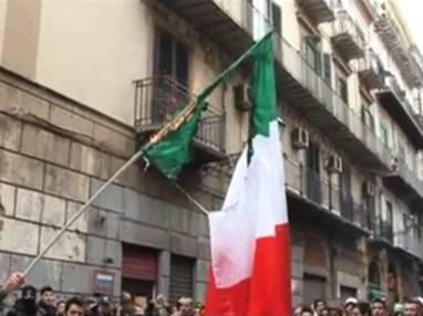http://3.bp.blogspot.com/-8qe5DDc91MU/Txl3p8CNbFI/AAAAAAAAa3w/yDqkwaU7mCM/s1600/bandiera-italiana-brucia.JPG